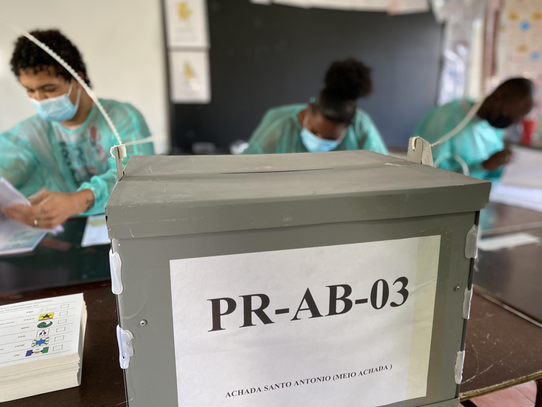 Mesa de voto na cidade da Praia.