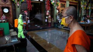 Tẩy trùng trong ngồi chùa ở  Wat Dibaya Varivihara, Bangkok, Thái Lan, ngày 02/04/2020