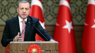 លោក Recep Tayyip Erdogan ប្រធានាធិបតីតួកគីចោទបស្ចឹមលោកថាគាំទ្រពួកភេរវនិយម