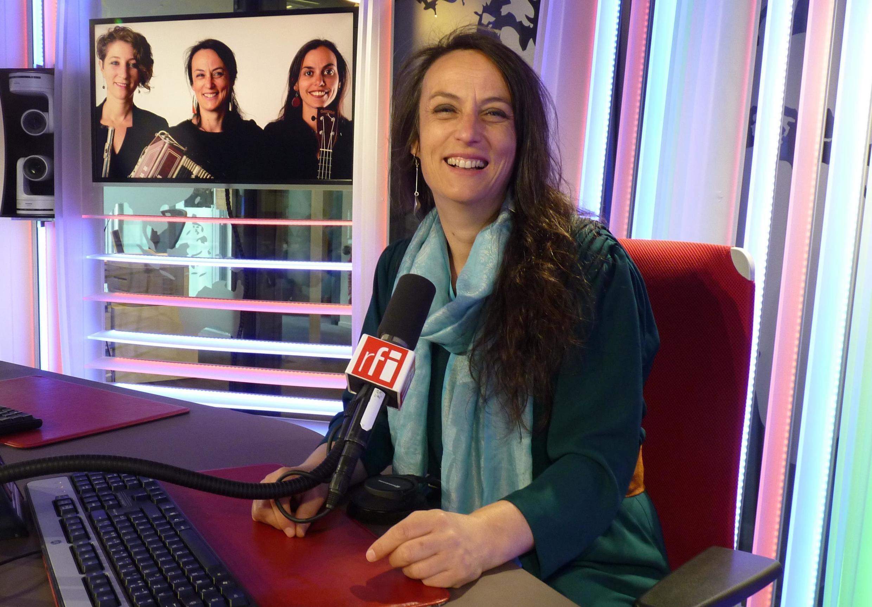 Ninon Valder en los estudios de  RFI