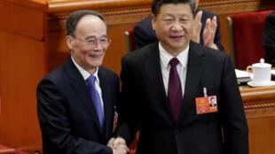 Chủ tịch Tập Cận Bình (phải) và Phó chủ tịch Vương Kỳ Sơn tại Quốc Hội Trung Quốc ngày 17/03/2018.