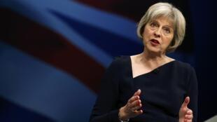 A ministra do Interior britânica, Theresa May, é apontada como opção para barrar Johnson na sucessão a Cameron.