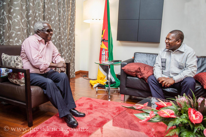 Afonso Dlhakama, líder da Renamo (esq.), e Filipe Nyusi, Presidente de Moçambique (drt)