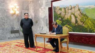 朝鲜最高领导人金正恩与韩国总统文在寅资料图片