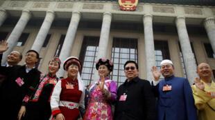 部分兩會代表出現在北京人民大會堂前資料圖片