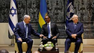 Le président rwandais, Paul Kagame (C) entre Benyamin Netanyahu, le Premier ministre israélien (G) et le président israélien, Reuven Rivlin à Jérusalem, le 10 juillet 2017.