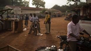 Scène de vie dans le centre de Bambari, le 11 mai 2014.