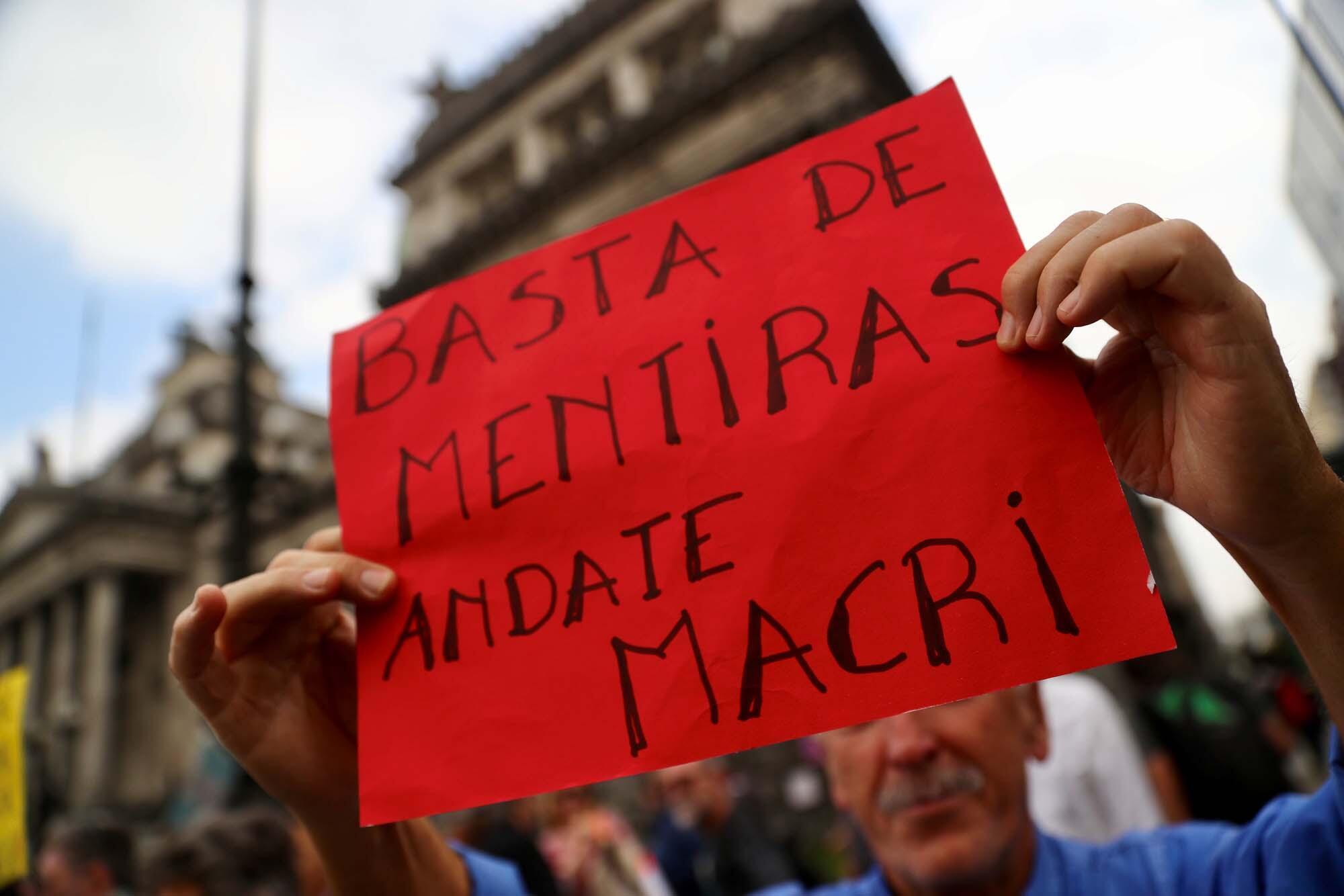 «Assez de mensonges, Macri s'en va» peut-on lire sur une pancarte lors d'une manifestation contre les mesures d'austérité du gouvernement devant le Congrès à Buenos Aires, Argentine, le 17 septembre 2018.