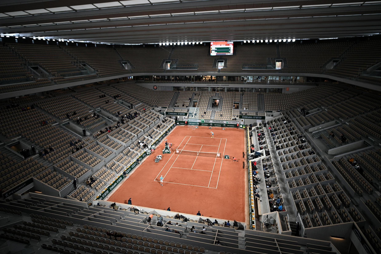 Le Belge David Goffin aux prises avec l'Italien Jannick Sinner, lors de leur match du 1er tour, le 27 septembre 2020 sur le court Philippe Chatrier lors du tournoi de Roland-Garros à Paris