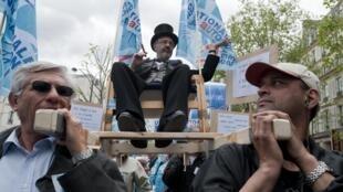 Người biểu tình khiêng biểu tượng của chủ nghĩa tư bản trong cuộc mít -tinh nhân ngày quốc tế lao động 1/5/2010 tại Paris.