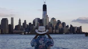 Turista faz foto da Ilha de Manhattan, que foi palco de um dos mais violentos atentados terrorista da História, em 11 de setembro de 2001.