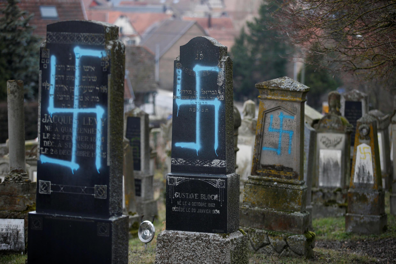 Một khu nghĩa trang của người Do Thái  tại Strasbourg, Pháp bị bôi bẩn ngày 19/02/2019.