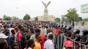 Les partisans de l'opposition se rassemblent lors d'une manifestation appelant à la démission immédiate du président Faure Gnassingbé à Lomé, au Togo, le 7 septembre 2017.
