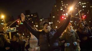 Manifestantes protestam nas ruas de Nova York contra a violência policial contra negros.