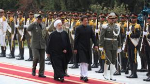 Tổng thống Iran Hassan Rohani (T) đón thủ tướng Pakistan Imran Khan tại Teheran. Ảnh 22/04/2019.
