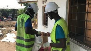 Deux jeunes Kinois se sont lancés dans le recyclage de déchets organiques pour fabriquer du combustible de cuisson.