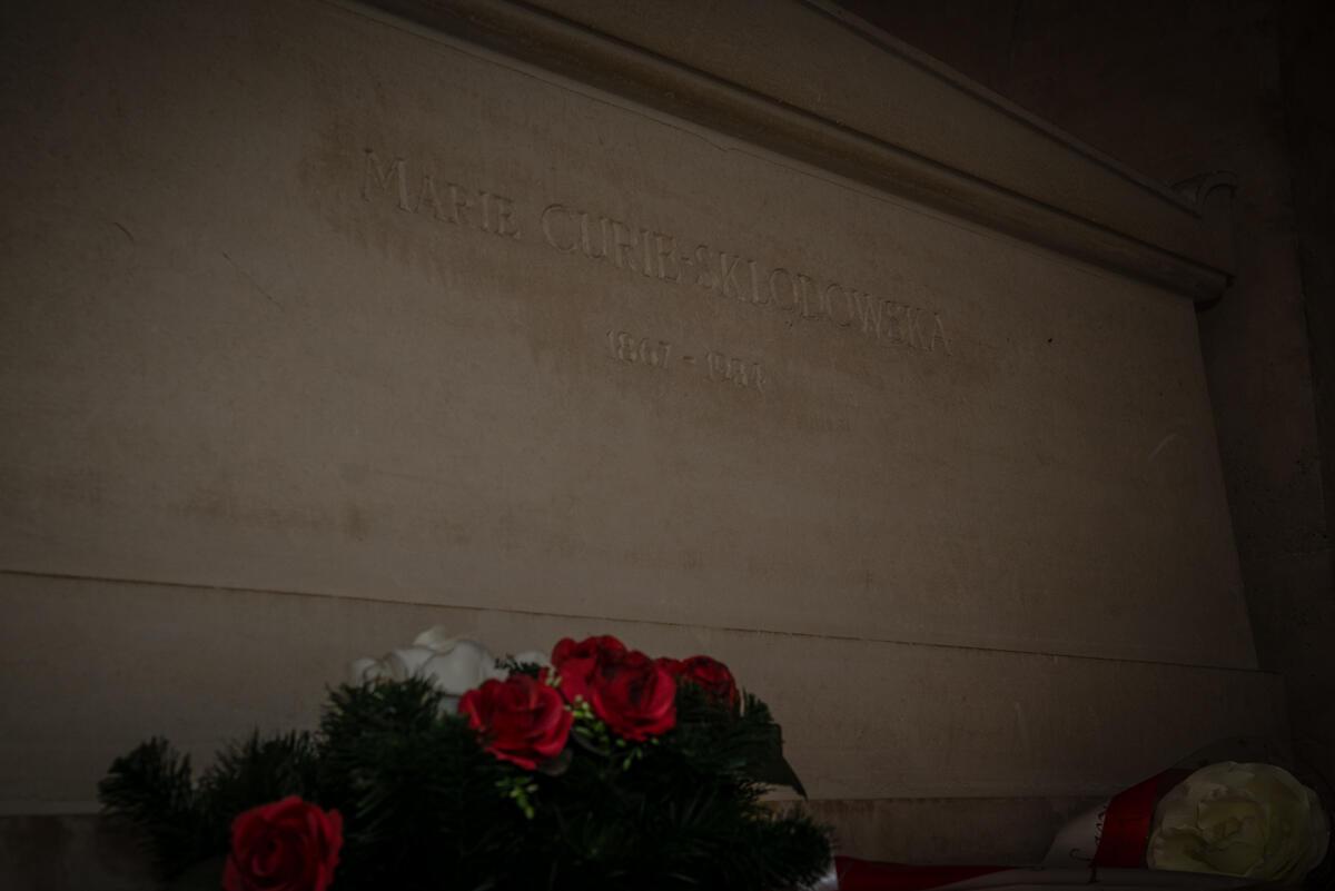 Tumba de Marie Curie en la cripta del Panteón en París.