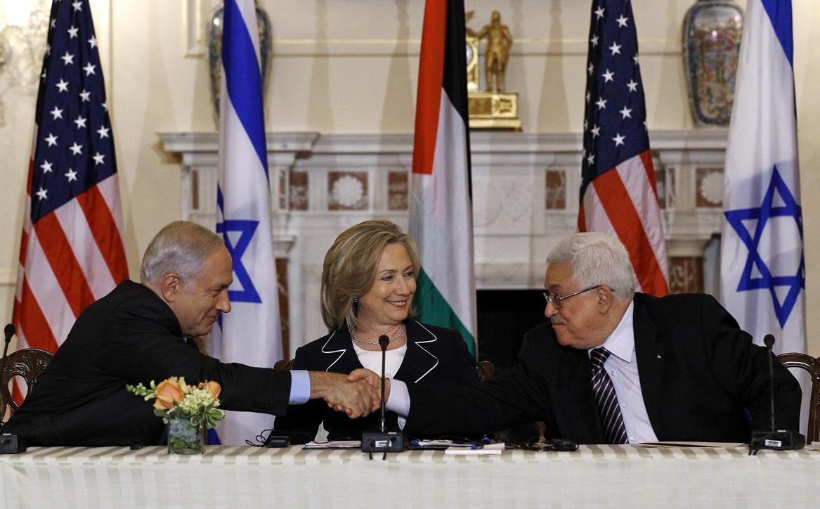 Thủ tướng Israel Benjamin Netanyahu (trái), Ngoại trưởng Hoa Kỳ Hillary Clinton (giữa), và Tổng thống Palestine Mahmoud Abbas (phải), tại Washington ngày 2/9/2010.