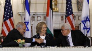 Le Premier ministre israélien, Benyamin Netanyahu (g), la secrétaire d'Etat américaine, Hillary Clinton (c) et le président palestinien, Mahmoud Abbas (d), au département d'Etat, à Washington, le 2 septembre 2010.