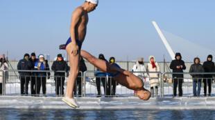 哈爾濱的冬泳者和圍觀人群