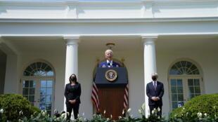 Le président américain Joe Biden entouré de la vice-présidente Kamala Harris et du procureur général Merrick Garland dans la roseraie de la Maison Blanche à Washington, le 8 avril 2021.