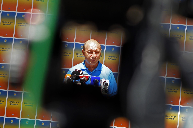 Le président roumain Traian Basescu s'adresse aux médias à Bucarest le 4 août 2012.