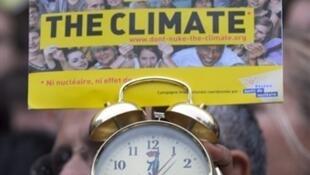 Manifestation contre le échauffement climatique avec les associations WWF, Greenpeace, Oxfam, place de la Bourse à Paris, le 24 octobre 2009.