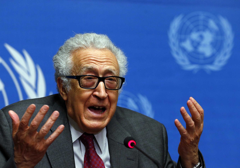 O negociador da ONU e da Liga Árabe, Lakhdar Brahimi conversa com a imprensa em Genebra