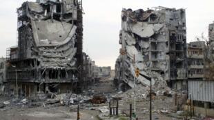 Ruas desertas na cidade de Homs na Síria.