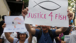 """Người dân Việt Nam biểu tình phản đối nhà máy Formosa của Đài Loan, bị cho là """"thủ phạm"""" gây hiện tượng cá chết hàng loạt ở miền trung Việt Nam. Ảnh chụp tại Hà Nội, ngày 01/05/2016."""