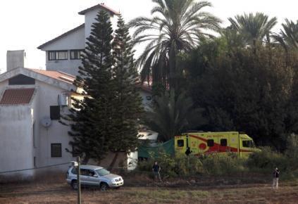 Ambulância que transportou Ariel Sharon chega à casa do ex-premiê próxima da cidade de Sderot, no sul de Israel.