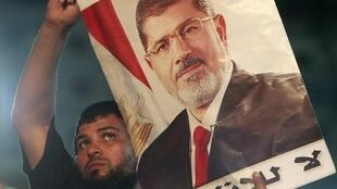 Người biểu tình ủng hộ ông Mohamed Morsi trước một đền thờ Hồi giáo ở Rabaa, Cairo. Ảnh tư liệu.