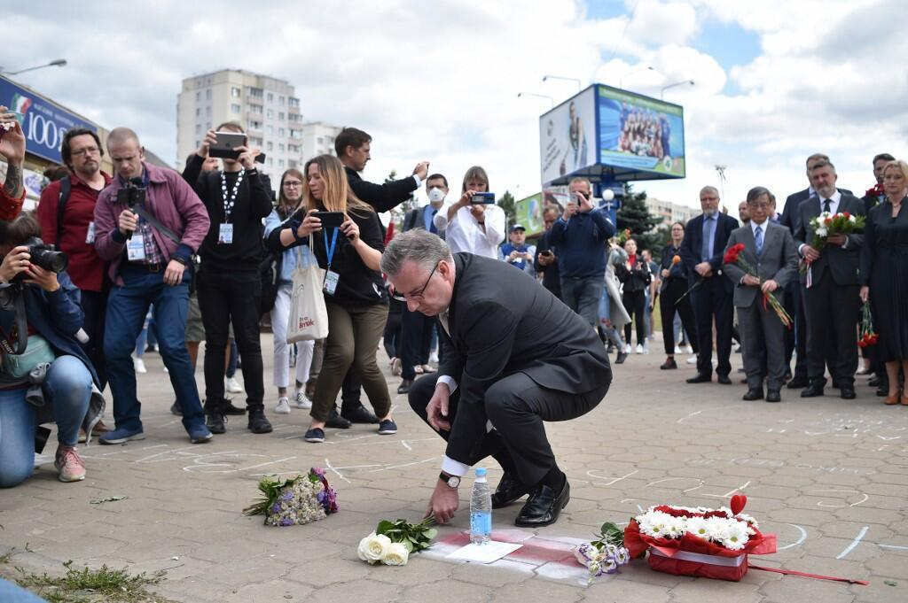 Глава делегации ЕС в Беларуси Дирк Шубель возлагает цветы к месту гибели демонстранта возле станции метро «Пушкинская» в Минске, 13 августа 2020.