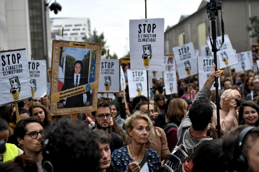 Перед рассмотрением дела о краже портретов Макрона по существу 11 сентября у здания суда в Париже прошла акция протеста
