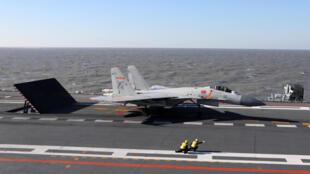 Chiến đấu cơ Trung Quốc J-15 chuẩn bị cất cánh từ tàu sân bay Liêu Ninh trong một cuộc tập trận trên biển Bội Hải. Ảnh do quân đội Trung Quốc phổ biến ngày 15/12/2016