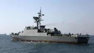"""Navio militar iraniano no Estreito de Ormuz, durante as celebrações do """"Dia Nacional do Golfo Pérsico"""" a 30 de Abril"""