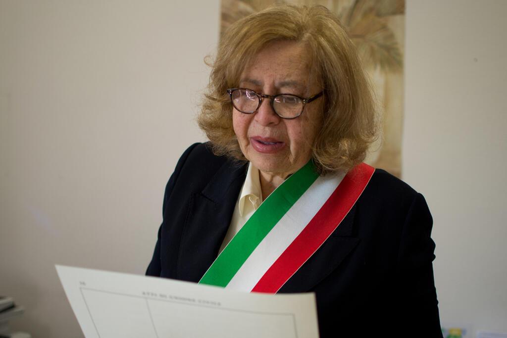 Leila Daianis, reconhecida ativista dos direitos LGBT em Roma e investida pelos poderes da lei, celebrou a união de uma trans brasileira com um italiano.
