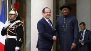 Shugaban najeriya Goodluck Jonathan a fadar Hollande na Faransa.