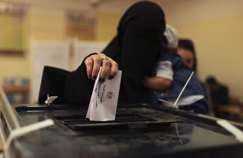 Egípcia vota no Cairo nesta quinta-feira, durante a primeira eleição presidencial direta após a queda de Mubarak.