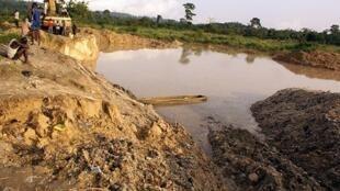 Des orpailleurs illégaux d'une mine d'or de Dunkwa-on-offin, dans le centre du Ghana.