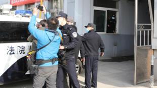 3月19日,丹东审理斯帕弗的法院门口