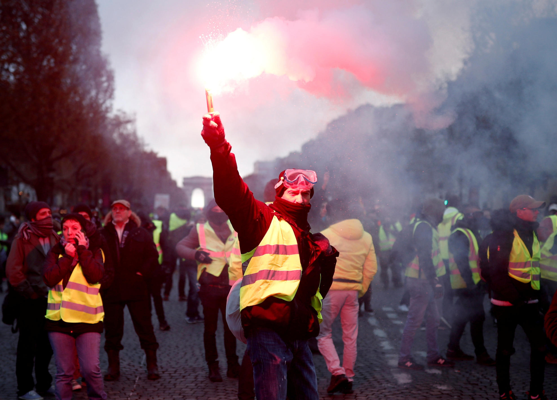"""ក្រុមបាតុករ អាវកាក់ពណ៌លឿង """"Gilets Jaunes"""" នៅលើមហាវិថី Champs-Elysees ក្រុងប៉ារីស ថ្ងៃទី២៤ វិច្ឆិកា ២០១៨។"""