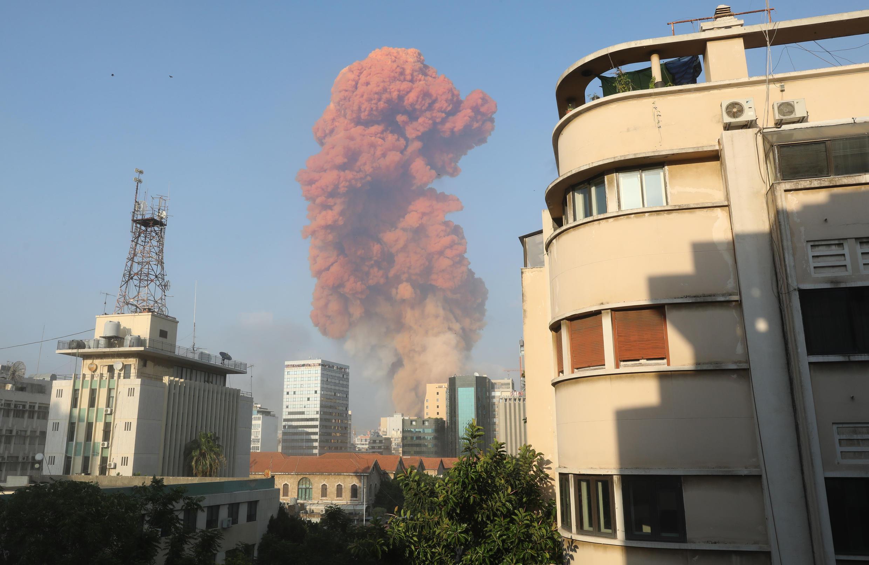 Дым от мощнейших взрывов в порту Бейрута 4 августа 2020.