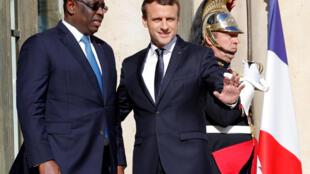 La président français Emmanuel Macron reçoit son homologue sénégalais, Macky Sall, à l'Elysée, à Paris, le 12 juin 2017.