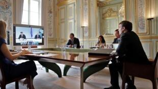 Le président français Emmanuel Macron s'exprime lors d'une visioconférence avec le Premier ministre du Kosovo Avdullah Hoti, le président serbe Aleksandar Vucic et la chancelière allemande Angela Merkel, au Palais de l'Elysée, à Paris, le 10 juillet 2020.