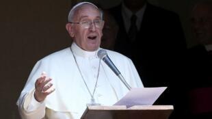 Papa Francisco durante oração do Angelus neste 14 de julho de 2013; o Vaticano disse não ter preocupações com a segurança do pontífice no Brasil.