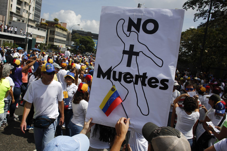Manifestação de opositores do presidente Nicolás Maduro pede paz e desarmamento de milícias policiais.