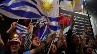 Les partisans du candidat à la présidence de la coalition de gauche uruguayenne, Frente Amplio, Daniel Martinez, se réjouissent des premiers scrutins à la sortie du second scrutin, à Montevideo, le 24 novembre 2019.