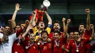 Les Espagnols soulèvent le trophée récompensant les vainqueurs de l'Euro-2012.