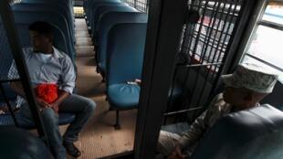 Dans un bus des services de l'immigration de la République dominicaine, un Haïtien retournant «volontairement» dans son pays d'origine. Photo datée du 19 juin 2015.